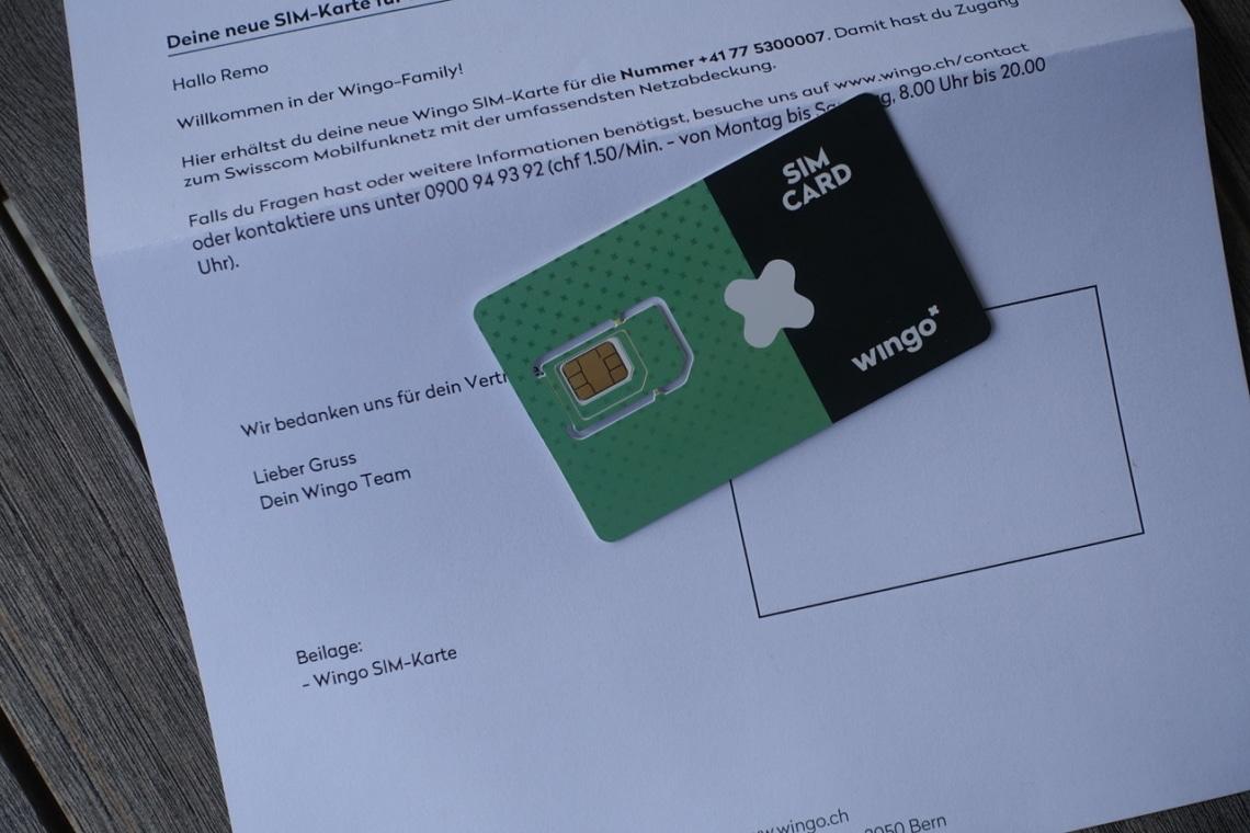 In einem schlichten Kartonumschlag ist die SIM Karte plus alle PINs und Passwörter vorhanden