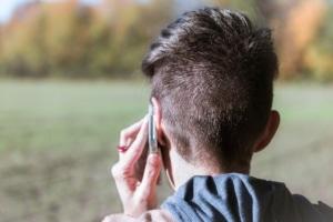 Junger Mann am Telefon