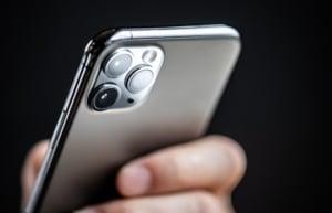 Handy mit Fokus auf Kamera